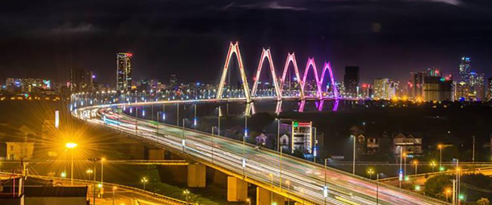 Hệ thống chiếu sáng công cộng trên cầu Nhật Tân đáp ứng tốt về mặt mỹ thuật và đảm bảo tiết kiệm điện - Ảnh: Ng.Tuấn.
