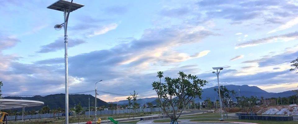Trụ đèn đường năng lượng mặt trời được lắp tại công viênLakeside Palace - Đà Nẵng: Ảnh đơn vị cung cấp.
