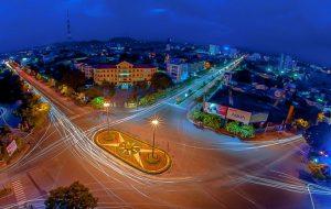 Nhiều điểm chiếu sáng công cộng của thành phố Huế sẽ được lắp đặt hệ thống đèn mới nhằm tiết kiệm năng lượng - Ảnh: Lê Huy.