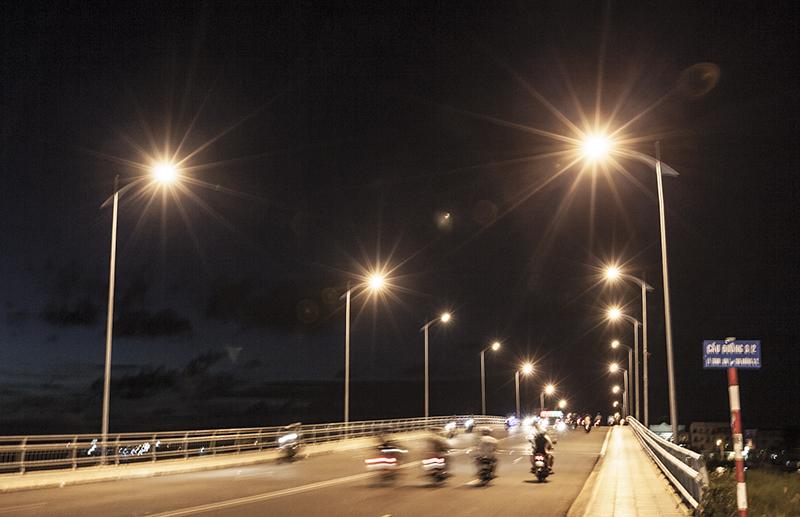Hệ thống CSCC trên cáctỉnh thành trong cả nước hiệnchủ yếu vẫndùng đèn sợi đốt và đèn huỳnh quang để chiếu sáng - Ảnh: Thành Trung.