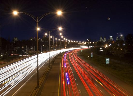 Các thành phố lớn của Việt Nam chủ yếu dùng đèn thủy ngân cao áp hoặc sodium cao áp cho hệ thống chiếu sáng công cộng - Ảnh: Thành Trung.